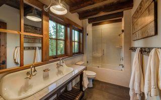 Интерьер ванной комнаты в стиле шале