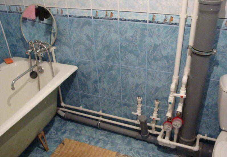 Открытый способ разводки труб в ванной