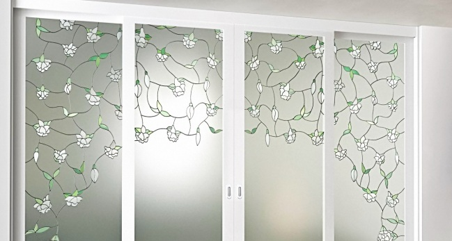 стеклянные двери украшенные