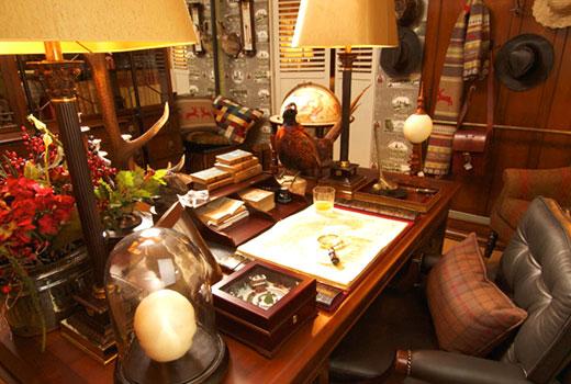 много мебели в комнате