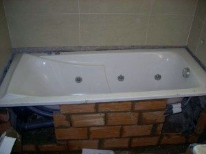 установка ванны на кирпич