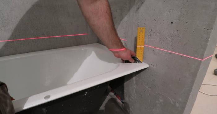 Выравнивание чугунной ванны по уровню