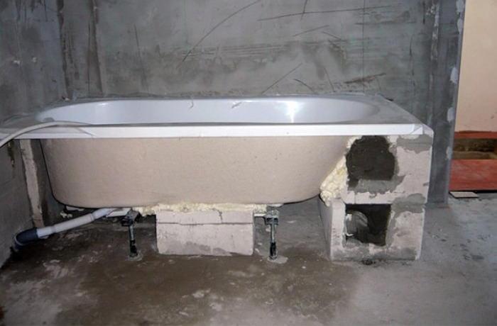 установка акриловой ванны на опоры из кирпича