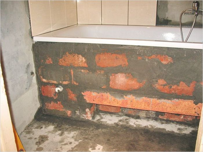 установка акриловой ванны на цельную кирпичную подложку