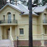 Декоративная отделка фасада дома лепниной