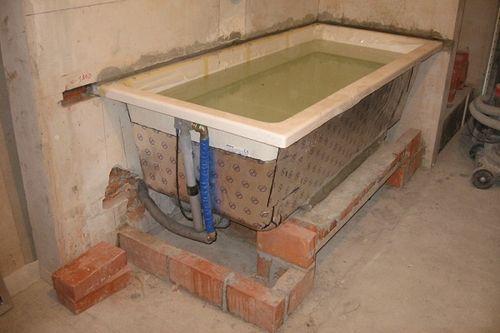 Монтаж чугунной ванны на кирпичные подставки