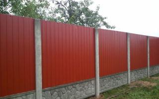 Забор из профнастила – лучший выбор для дачи