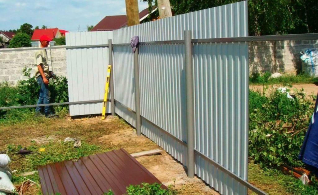 Сооружаем забор из профнастила